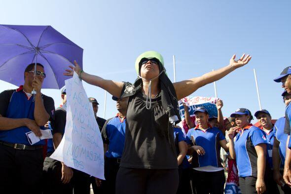 Los manifestantes, convocados por la oposición política y...