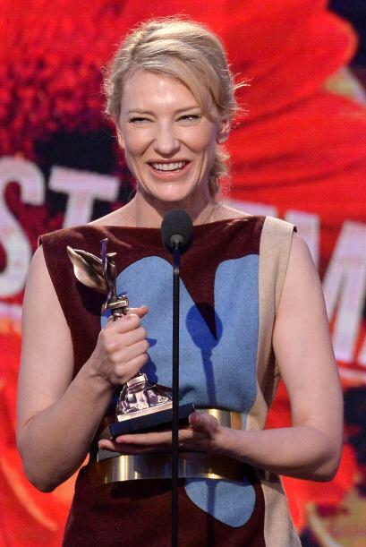 Cate Blanchett, feliz con su premio.  Mira aquí los videos m&aacu...
