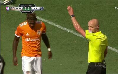 Tarjeta amarilla. El árbitro amonesta a Romell Quioto de Houston Dynamo