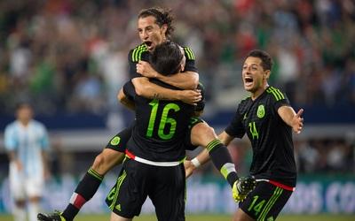 Chicharito y Guardado felicitan a Héctor Herrera por su gol a Argentina.