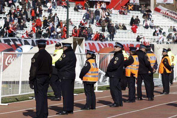 Centenares de policías intentaron dispersar a numerosos hinchas v...