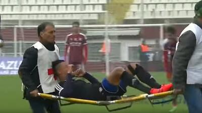 Tiran a futbolista de la camilla