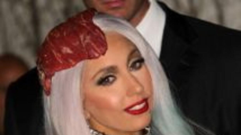 Ya no le bastó usar un vestido de carne, ahora desea lucir un sombrero l...