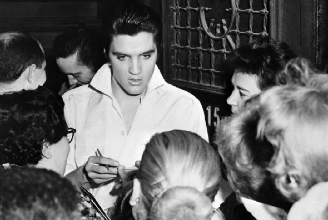 Elvis aprendió a cantar y a tocar la guitarra de oído. Para saber tocar...
