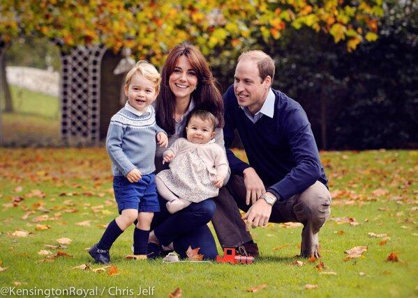 William y Kate nos presentan una nueva foto con los príncipes George y C...
