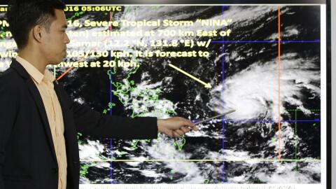 Un especialista muestra la trayectoria del tifón Nock-Ten