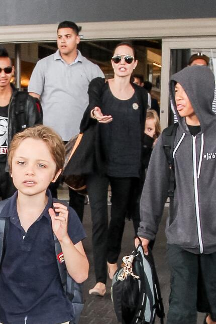 Angelina Jolie y Brad Pitt con sus hijos