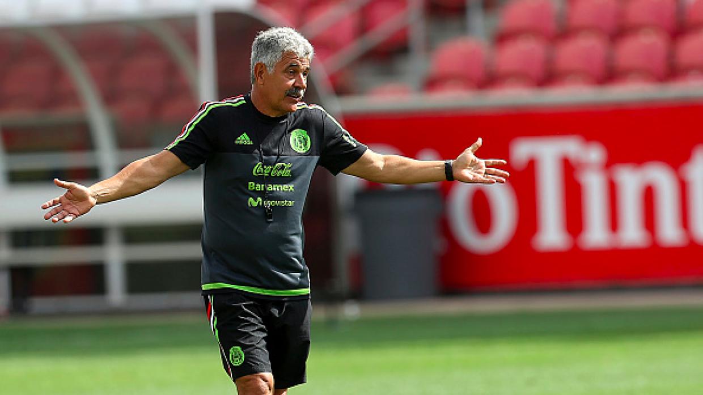 Ricardo Ferretti cuestiona en entrenamiento