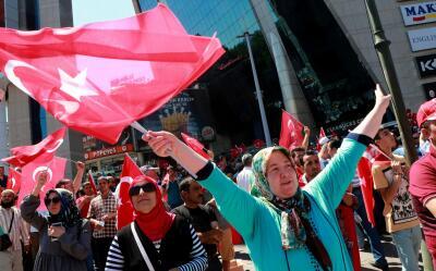 Una mujer celebra el fracaso del golpe militar en Turquía.