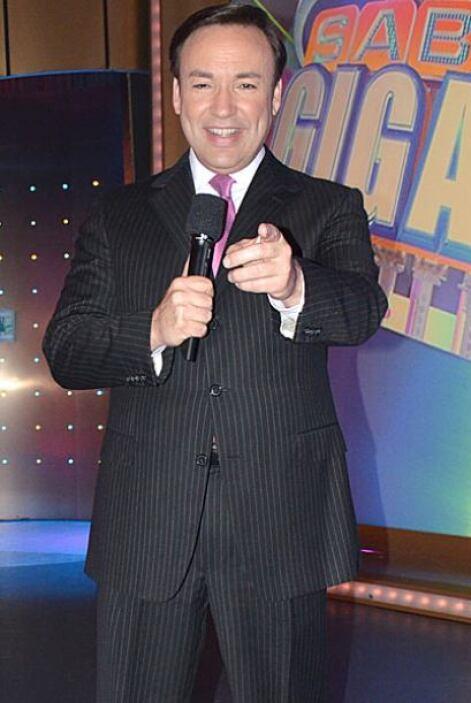 Javier Romero apoya a Don Francisco en la conducción del prgrama.