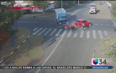 Ciclista quedó atrapado en aparatoso accidente