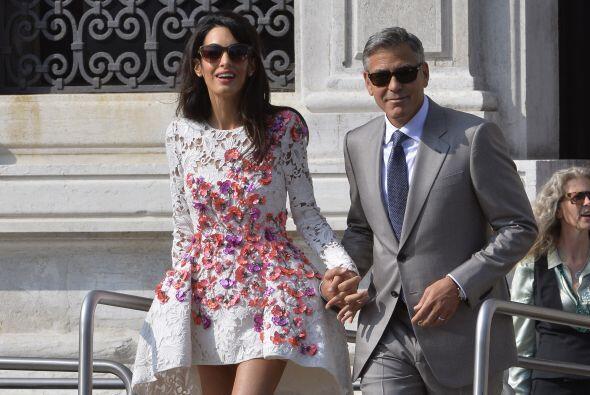 Un vestido blanco con manga larga con apliques de flores rosas, rojas y...