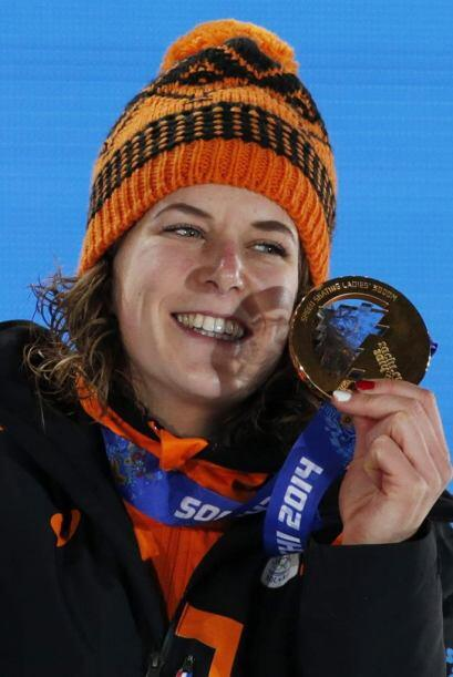 La holandesa Ireen Wust celebra la medalla de oro conseguida en la prueb...