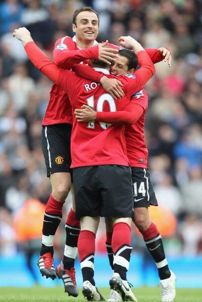 El abrazo de los goleadores del equipo. Rooney, Berbatov y Javier Hern&a...