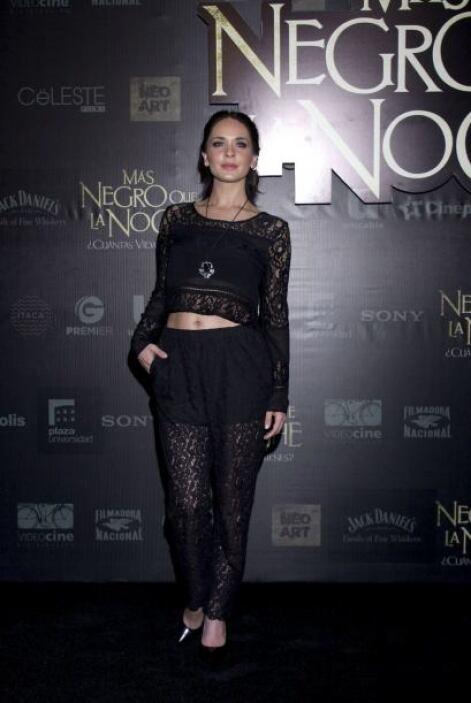 Adriana Louvier también asistió al estreno vestida de negro.