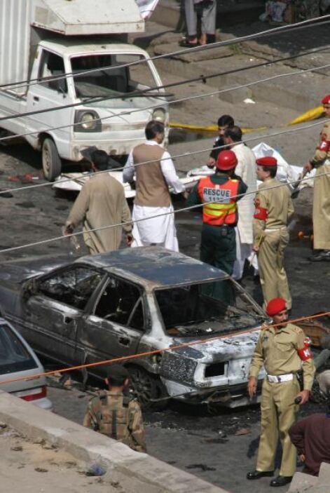 12 de marzo - 40 muertos en un doble atentado suicida y una cadena de ex...