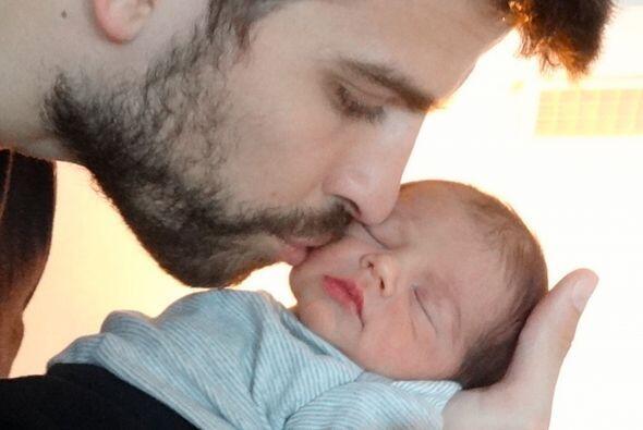 Así fue como Gerard posó con su primer bebé, Milan,...
