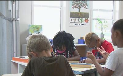 Escuela de niños con padres indigentes busca que sus estudiantes puedan...