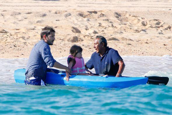 Como es un papá muy consentidor, llevó a sus niñitos a pasear en kajak.