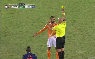 Tarjeta amarilla. El árbitro amonesta a Raúl Rodríguez de Houston Dynamo