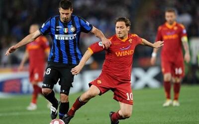 Trasladando su rivalidad en la Liga local, Inter de Milán y Roma disputa...