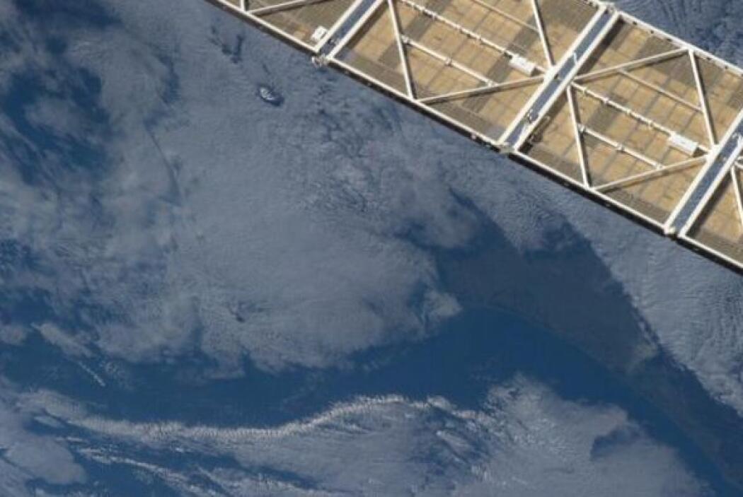 Dos volcanes se asoman a través de las nubes de la mañana cerca de Auckl...