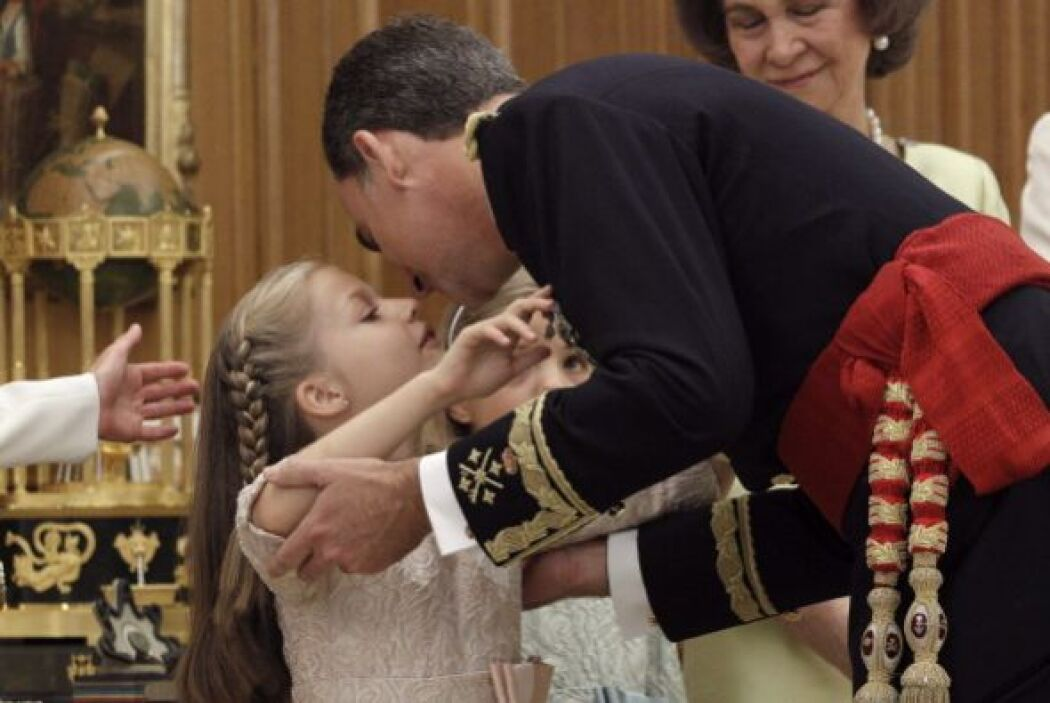 Un beso de hija a padre, con toda la naturalidad del mundo.