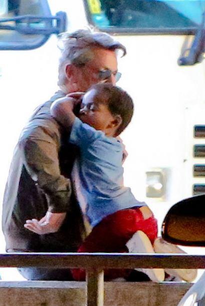 Mira cómo abraza el hijo de Charlize Theron a Sean Penn.