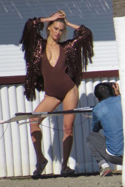 La modelo hizo una candente sesión de fotos cerca del mar durante unas v...