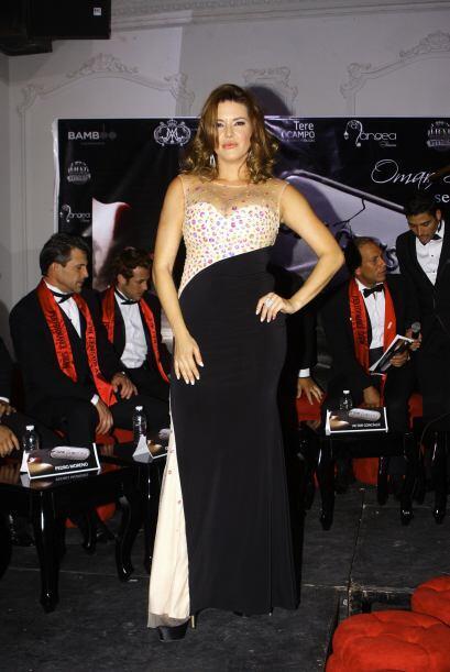 Con un entallado vestido negro con blanco lució tan hermosa y sex...