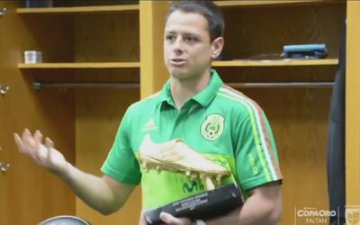 Chicharito' recibió un Botín de Oro de la Federación por ser el goleador...