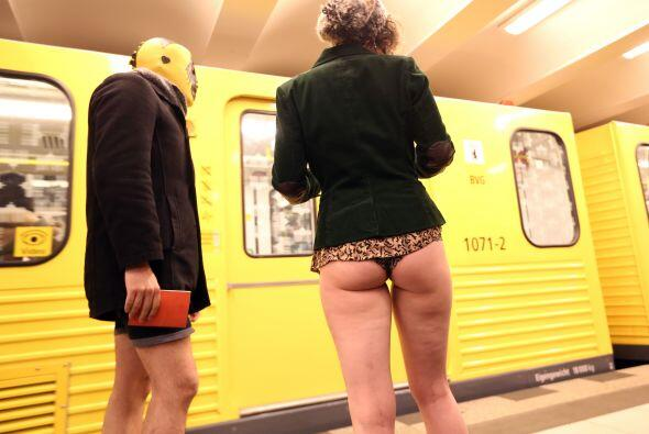 Dos chicas esperan el metro de Berlín vestidas en calzoncillos.