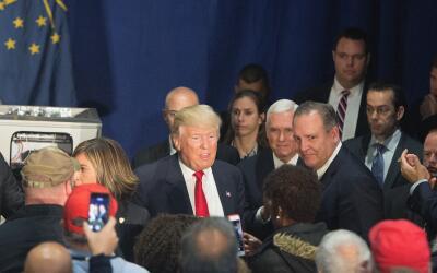 Donald Trump durante su visita a la fábrica de Carrier en Indiana.