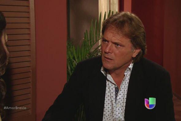Mariano sabe que Miriam vuelve a Chile con Daniel, ese mismo domingo. No...