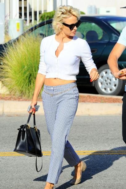 ¡Pamela Anderson también lució un escotazo! Una simple básica blanca pue...