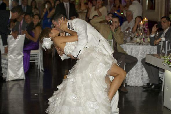 Aníbal fue quien puso los pasos de su primer baile como esposos.