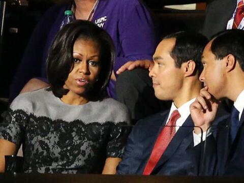 En esta imagen del 2012, Castro, de padres mexicanos, conversa con la Pr...