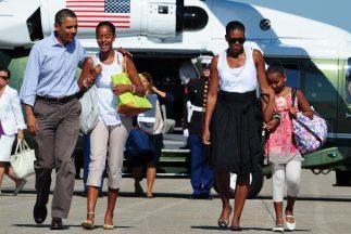 Obama terminó sus vacaciones junto a su familia en Martha's Vineyard.