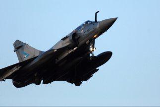 """Aviones franceses sobrevolaban el sábado territorio libio para impedir """"..."""
