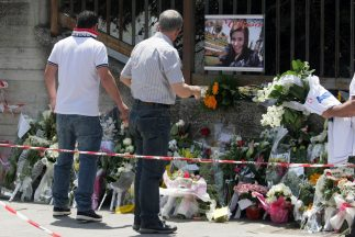Flores y la imagen de la victima del atentado en Brindisi.