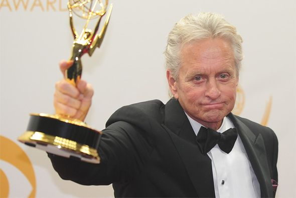 El actor presume su premio Emmy.