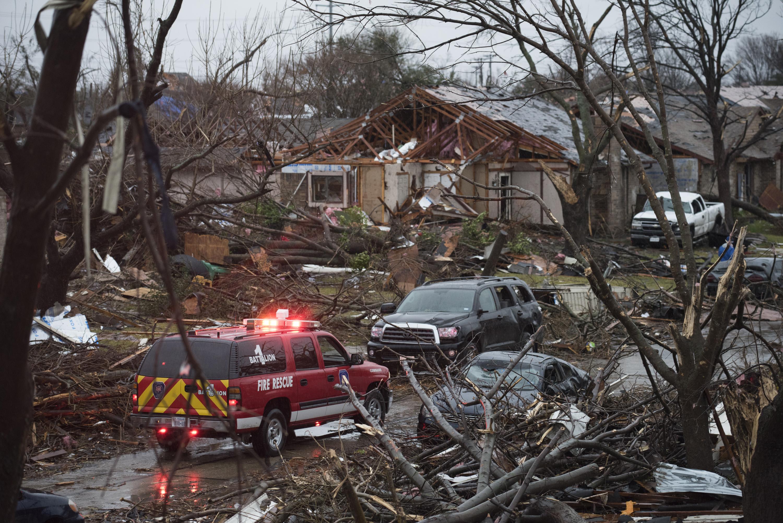 La tormenta sigue activa tras azotar cinco estados de EEUU - Univision