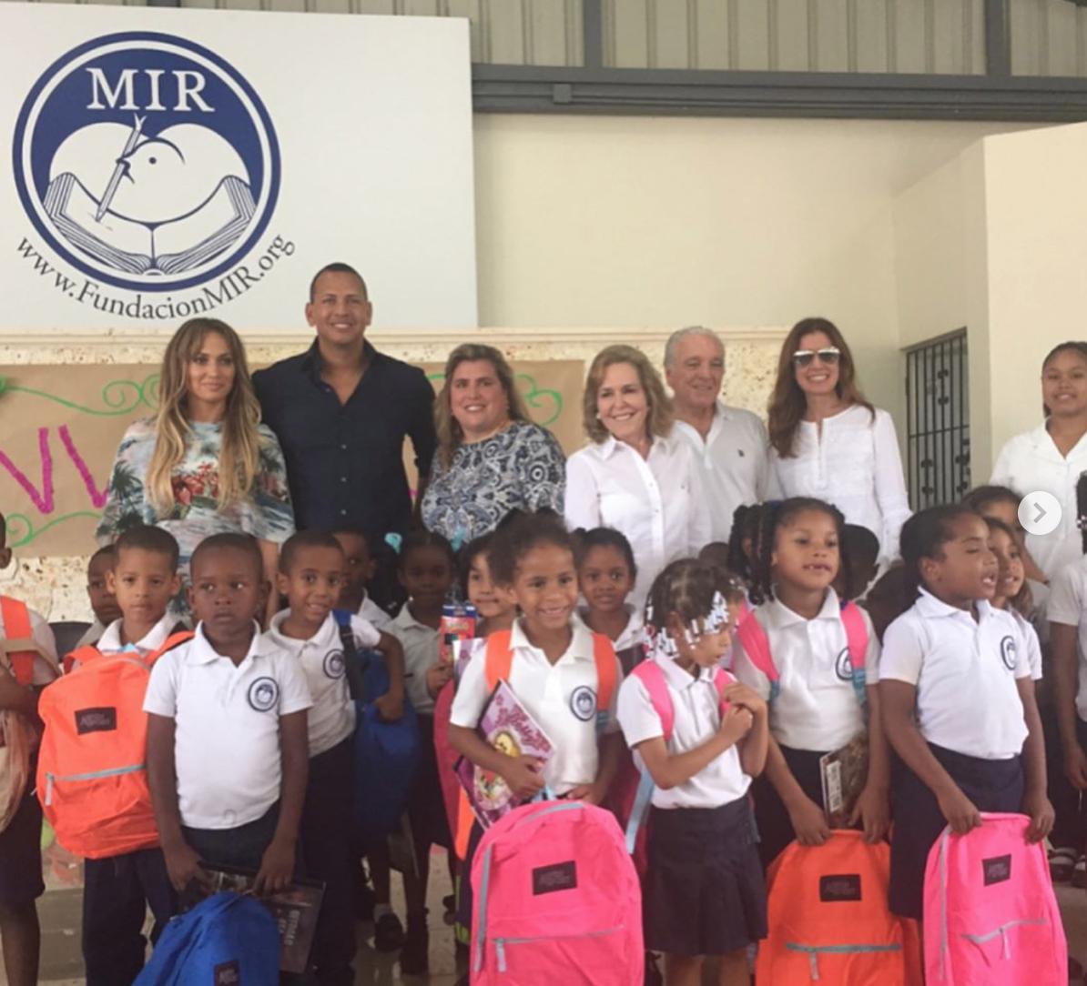 Jennifer Lopez Y Alex Rodríguez Visitan Una Fundación En República Dominicana