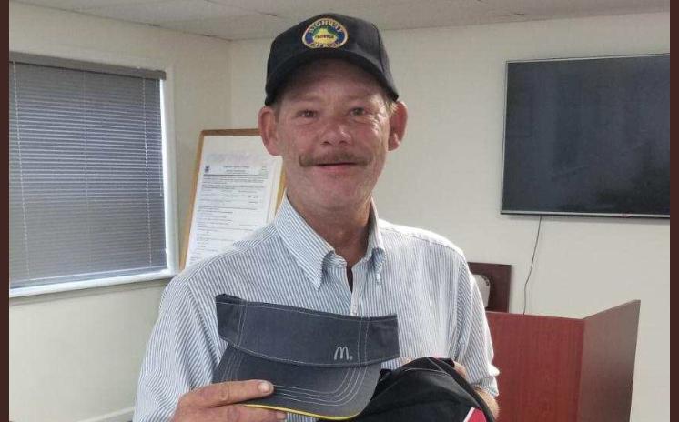 hombre sin hogar es contratado en McDonalds