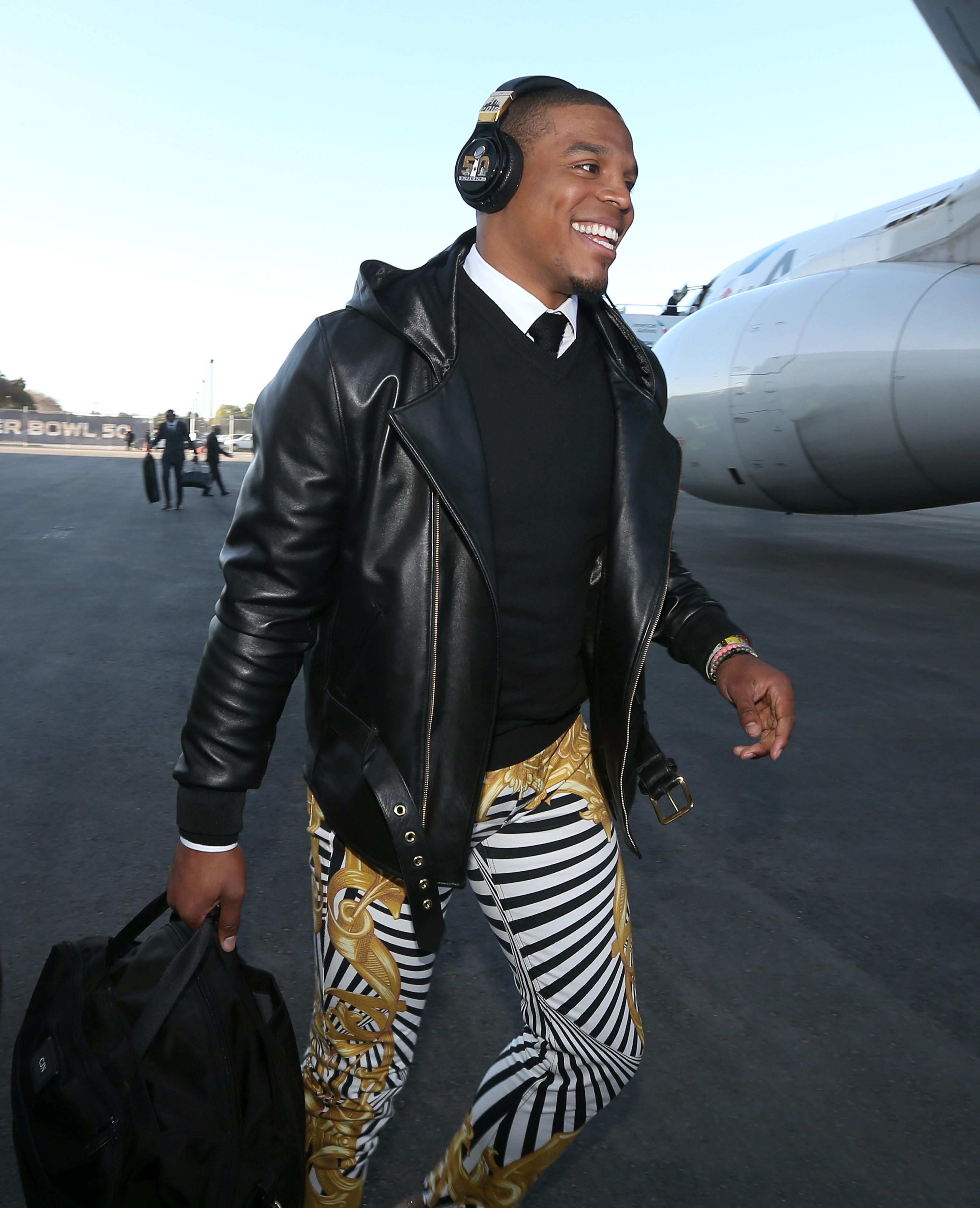¡Cam Newton Y Panthers Aterrizan En California Para El Super Bowl 50!