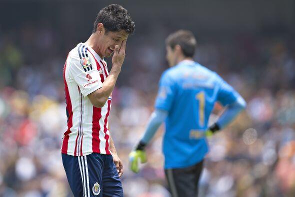 Ahora, el jugador de Chivas se hizo expulsar ante Pumas, luego de arroja...