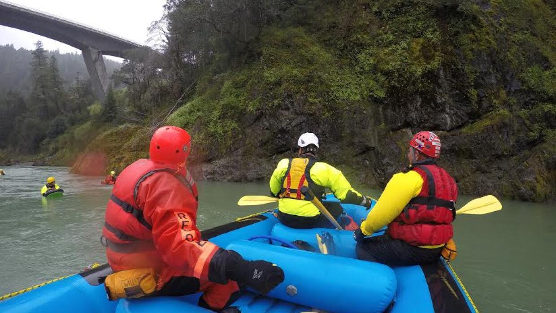 Las autoridades continúan buscando en el área del río Eel, en el norte d...