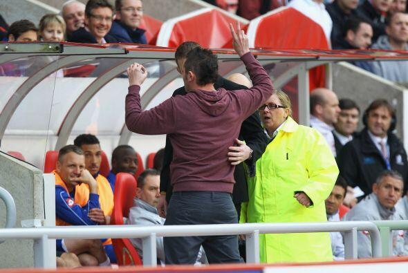 Hubo un momento de tensión en pleno juego cuando un fanático ingresó cer...