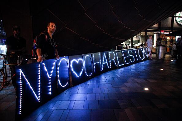 Neoyorquinos se unen en una vigila para apoyar a las víctimas de Charles...