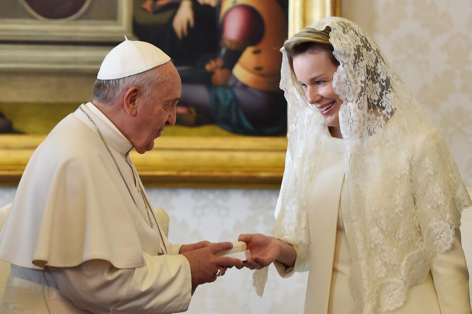Pope Francis (L) gives a rosary to Queen Mathilde of Belgium during a pr...